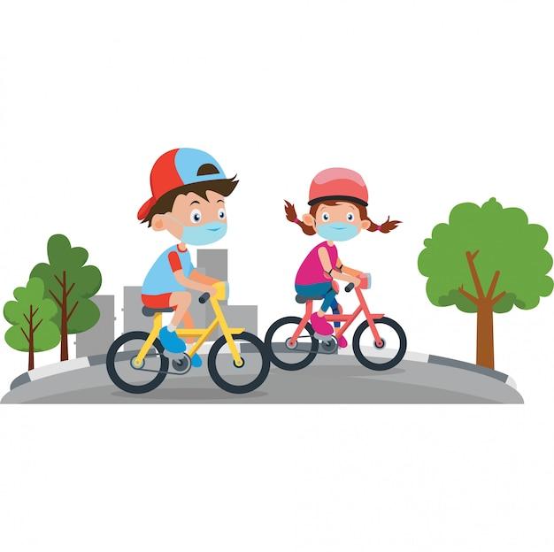 Um menino e uma menina andando de bicicleta juntos fora enquanto estiver usando máscara médica