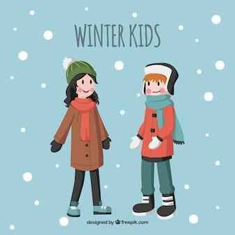 Um menino e uma menina andando na neve