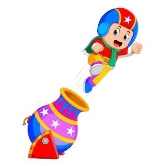 Um menino está brincando com o circo de foguetes