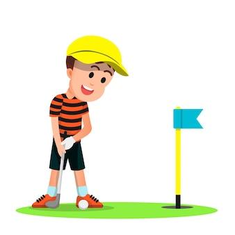 Um menino fofo com um chapéu jogando golfe