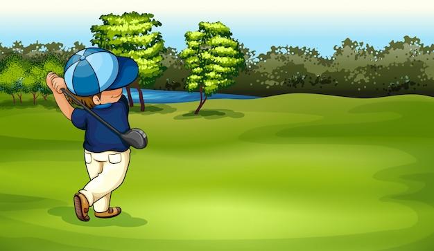 Um menino jogando golfe