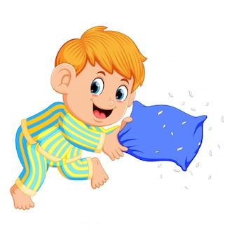 Um menino jogando travesseiro