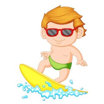 Um, menino jovem, aprendizagem surfando