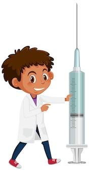 Um menino médico segurando uma seringa de vacina no fundo branco