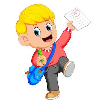 Um menino mostrando resultado bom exame com uma marca de mais