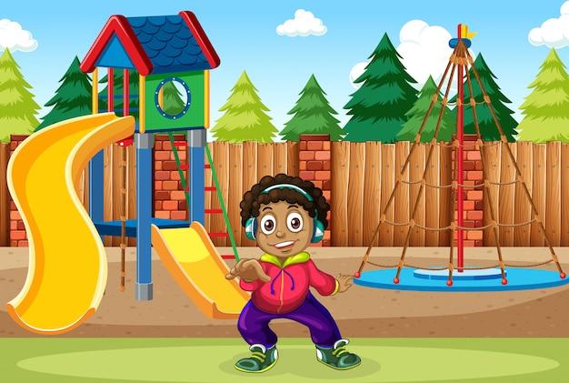 Um menino ouvir música no playground
