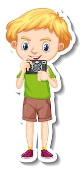 Um menino segurando uma câmera com adesivo de personagem de desenho animado