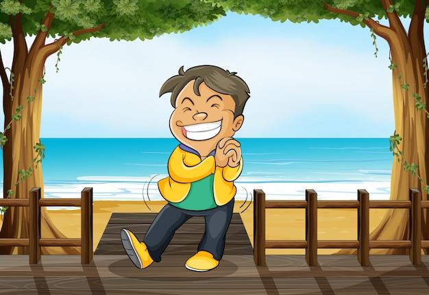 Um menino sorridente e uma praia