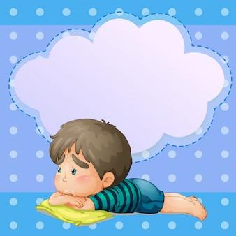 Um menino triste com um texto explicativo vazio