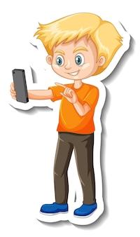 Um menino usando um adesivo de um personagem de desenho animado com smartphone