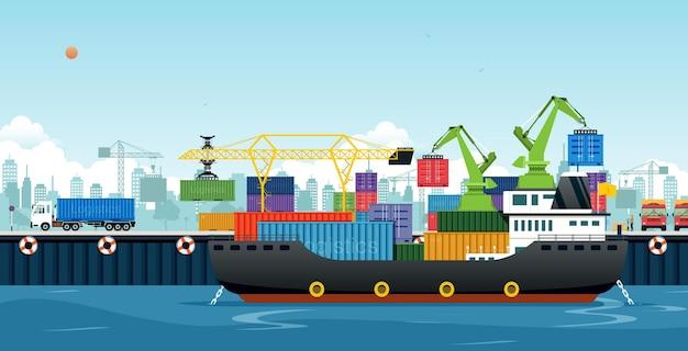 Um navio de carga atracado para carregar contêineres na cidade portuária