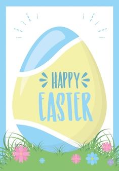 Um ovo de páscoa na grama com flores, cartão de felicitações