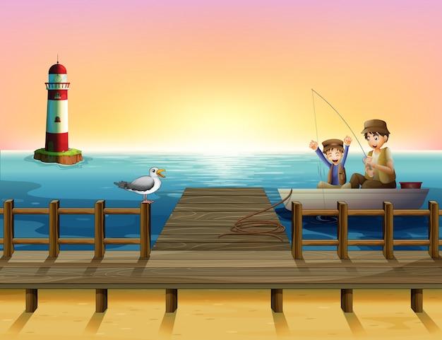 Um pôr do sol no porto com meninos pescando