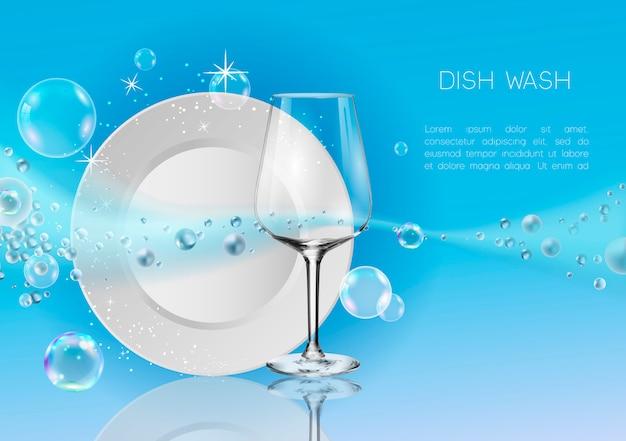 Um prato limpo e copo de vinho em bolhas de sabão e respingos de água.
