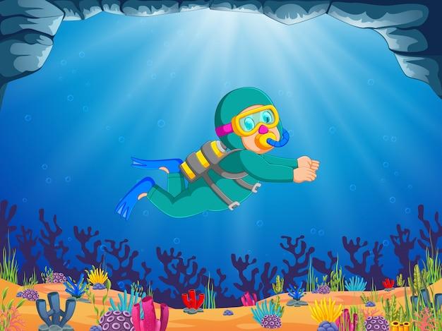 Um rapaz profissional está mergulhando sob o lindo mar