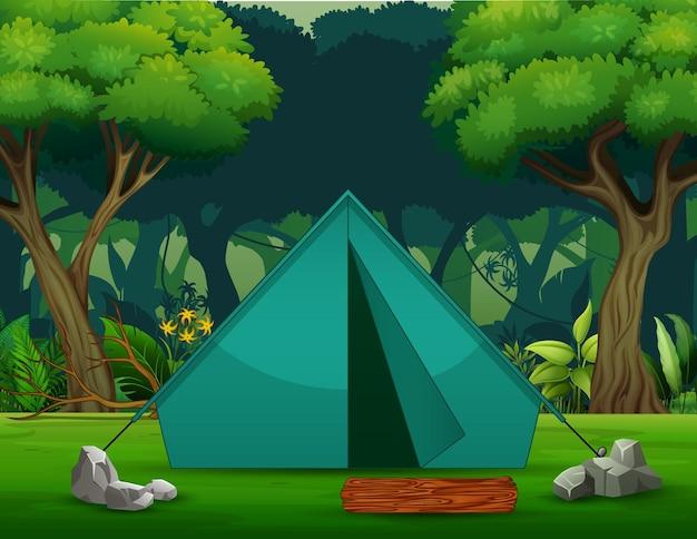 Uma barraca de acampamento verde no fundo da floresta