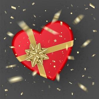 Uma caixa de presente vermelha realista em forma de coração decorada com um laço de ouro, vista superior. Vetor Premium
