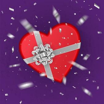 Uma caixa de presente vermelha realista em forma de coração decorada com um laço prateado, vista superior.