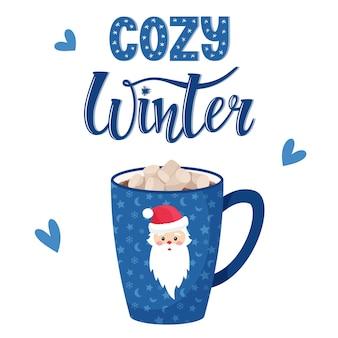 Uma caneca de café ou chocolate quente com marshmallows. copo azul com papai noel. inscrição manuscrita inverno aconchegante. letras.