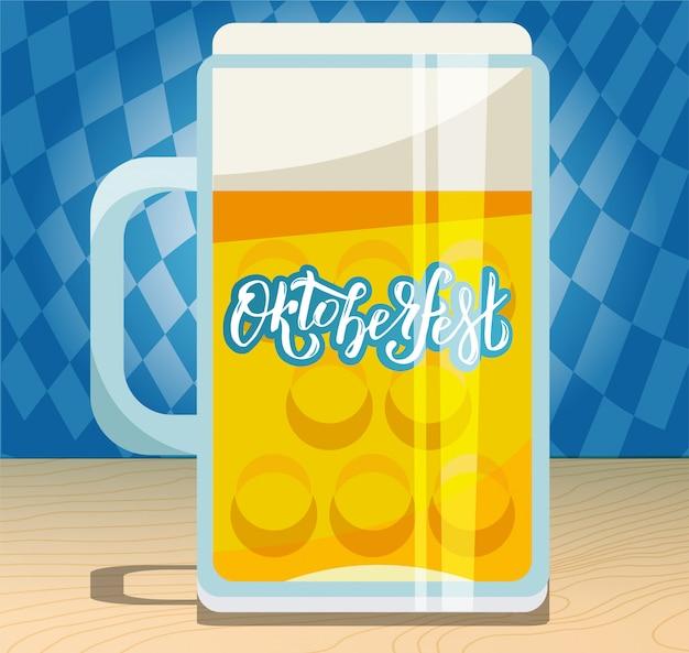 Uma caneca de cerveja grande com mão desenhada lettering oktoberfest no lado de vidro