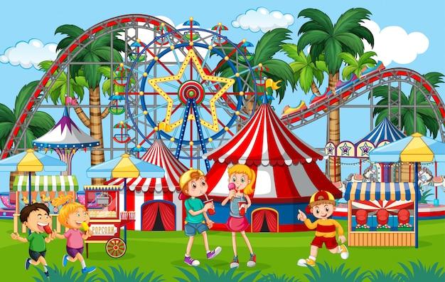 Uma cena de parque de diversões ao ar livre com crianças brincando