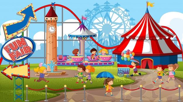Uma cena de parque de diversões ao ar livre com muitas crianças