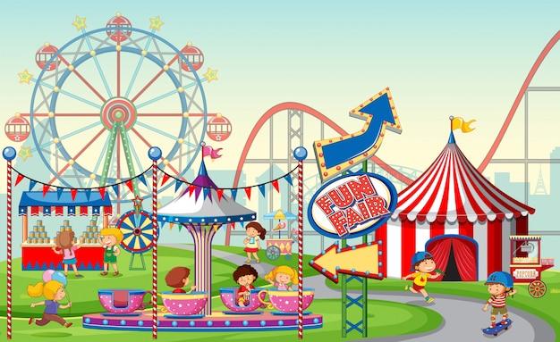 Uma cena de parque de diversões ao ar livre ou fundo com crianças
