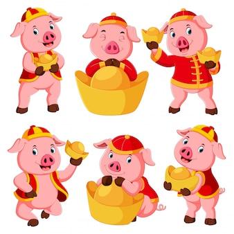 Uma coleção de um porco rosa fofo usa o traje vermelho para o ano novo chinês