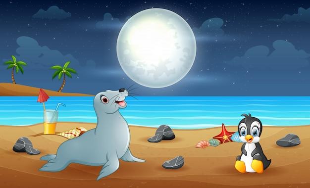 Uma foca e um pinguim curtindo a praia