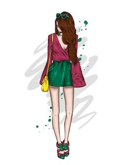 Uma garota alta e esguia em shorts curtos e camiseta. bela modelo com roupas elegantes.