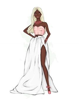 Uma garota alta e esguia em um lindo vestido de noite.