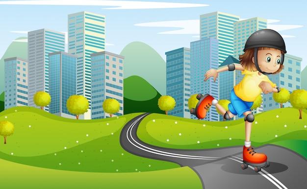 Uma garota andando de patins na estrada com um capacete de segurança