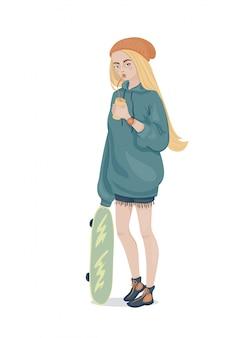 Uma garota com longos cabelos amarelos com um capuz azul folgado, recortes e boné laranja em pé com um longboard e um copo na mão bebendo um canudo. ilustração