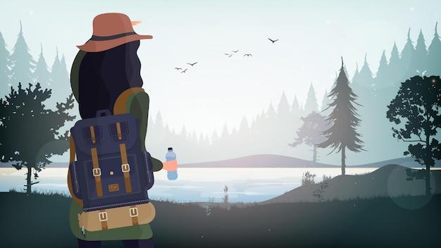Uma garota com uma mochila de turista olha para longe.