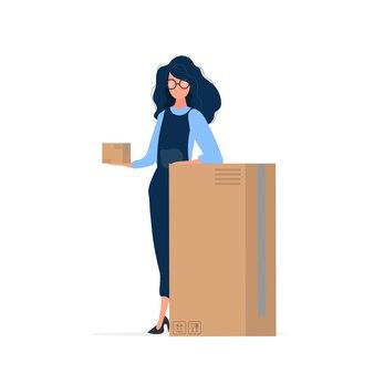Uma garota de macacão segura uma caixa nas mãos