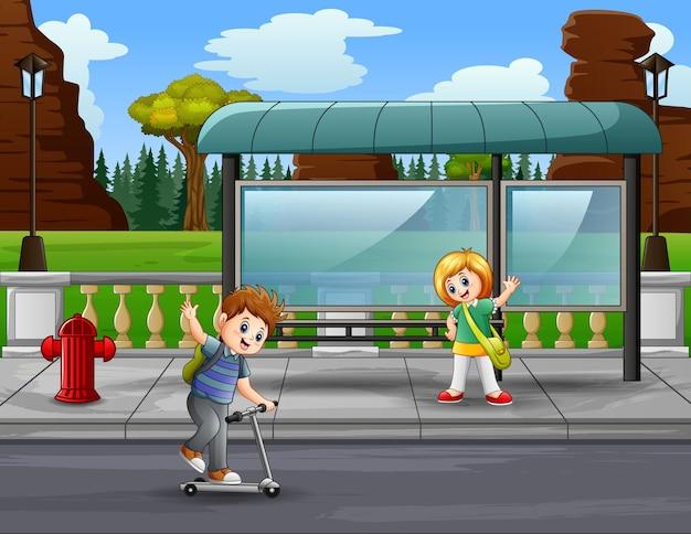 Uma garota encontra um amigo no ponto de ônibus