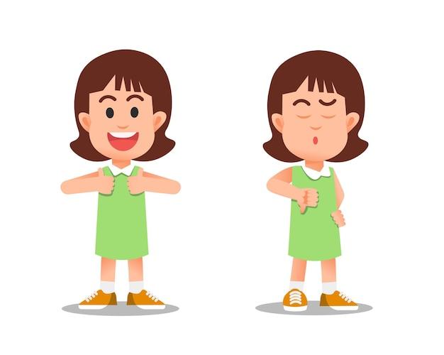 Uma garotinha com polegares para cima e para baixo