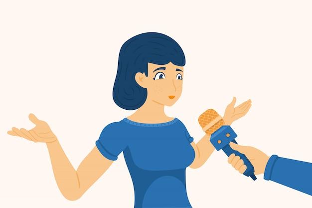 Uma jovem dá entrevistas e gesticula com as mãos. mão com um microfone