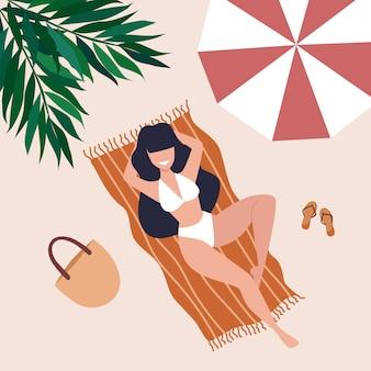 Uma jovem mulher com longos cabelos escuros encontra-se em uma toalha na praia sob um guarda-chuva e uma palmeira. ilustração de horário de verão