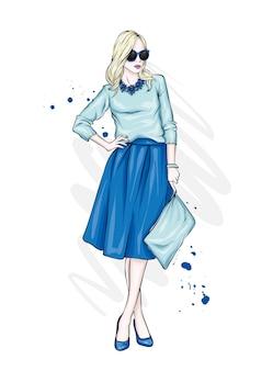 Uma linda garota alta com pernas longas em uma saia estilosa, óculos, blusa e sapatos de salto alto.