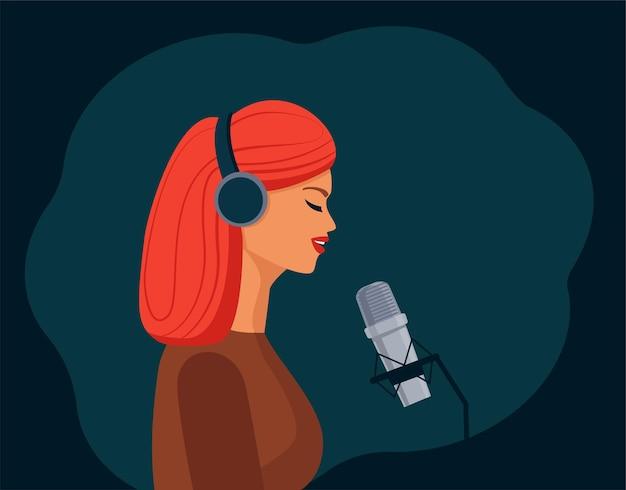 Uma linda garota com fones de ouvido canta no microfone e grava um podcast