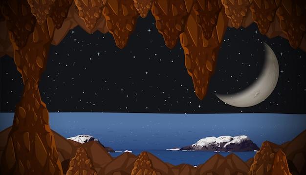 Uma lua crescente da vista da caverna