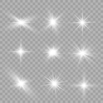 Uma luz branca brilhante explode partículas de poeira mágica efervescente. estrela brilhante. sol brilhante e transparente, flash brilhante.