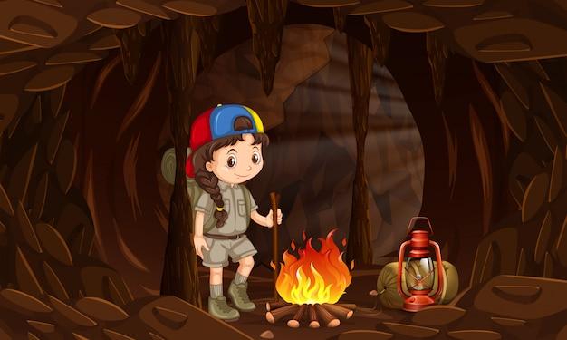 Uma menina acampar na caverna escura