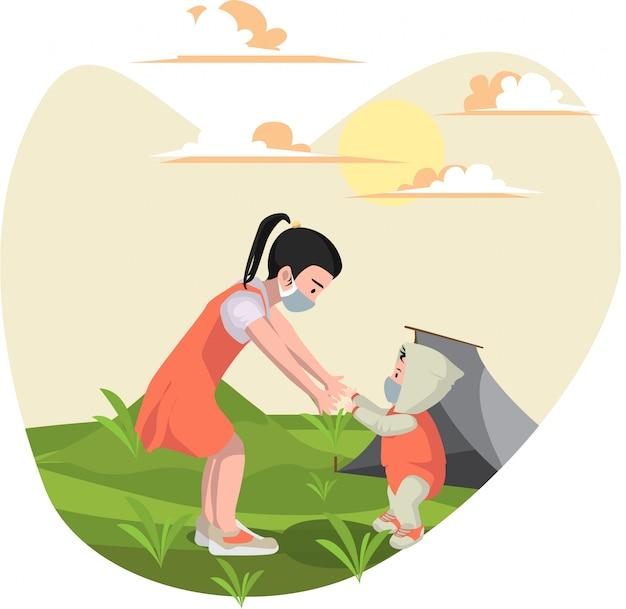 Uma menina brincando com seu irmão mais novo no quintal enquanto usa máscara médica