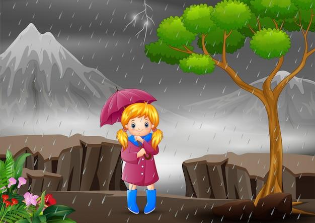 Uma menina carregando guarda-chuva sob a chuva na floresta