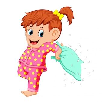 Uma menina jogando travesseiro