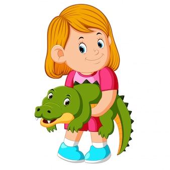 Uma menina segurando crocodille