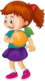 Uma menina segurando um personagem de desenho animado de fruta laranja isolado no fundo branco