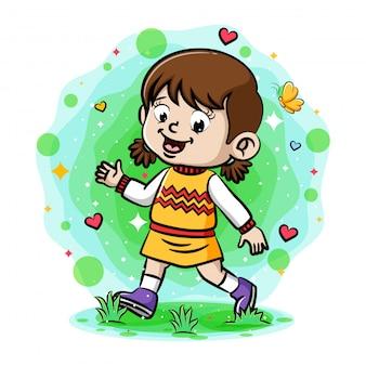 Uma menina sorrindo e andando no jardim